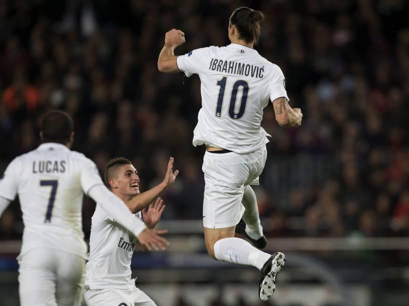 Jogadores do Paris St Germain comemoram gol contra o Barcelona