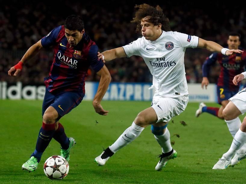 Luis Suarez, do Barcelona, disputa bola com David Luiz