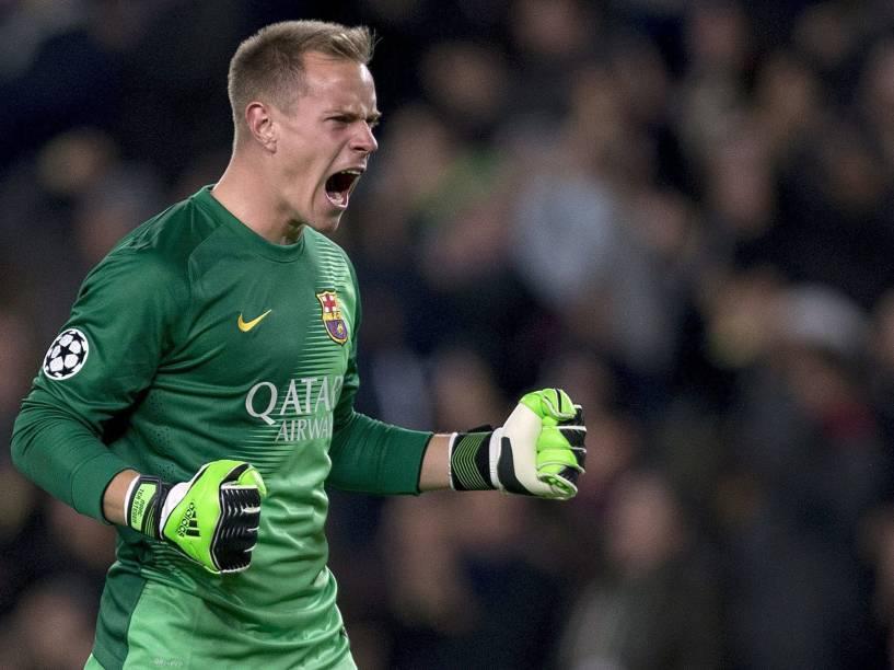 O goleiro do Barcelona, Stegen, comemora gol marcado contra o Paris Saint Germain