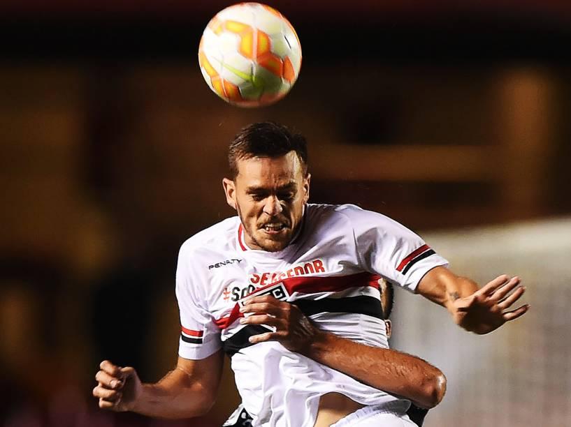 O zagueiro Rafael Tolói na partida contra o Danúbio, do Uruguai pela Libertadores - 25/02/2015