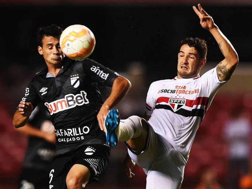 Alexandre Pato do São Paulo, disputa jogada com Luis Sosa do Danúbio - 25/02/2015