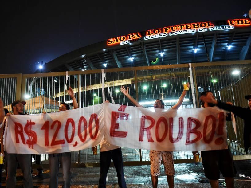 Torcedores do São Paulo protestam contra o valor do ingresso para a partida contra o Danúbio do Uruguai, pela Libertadores - 25/02/2015