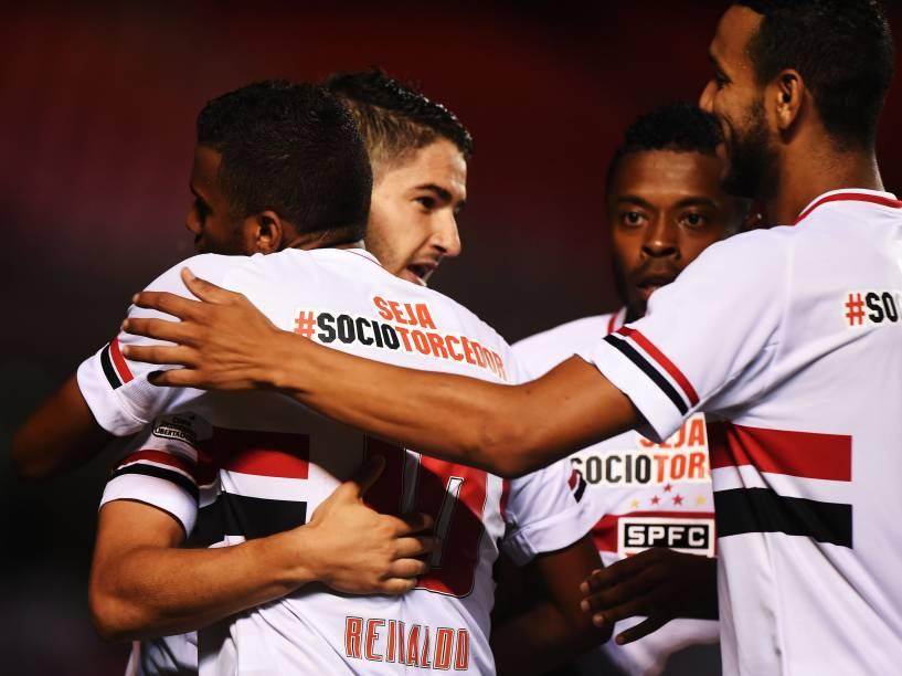 Jogadores do São Paulo comemoram o gol de Alexandre Pato na partida contra o Danúbio, do Uruguai pela Libertadores - 25/02/2015