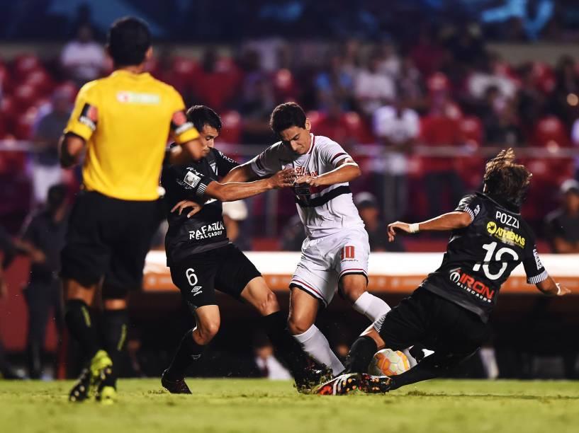 Paulo Henrique Ganso disputa jogada com jogadores do Danúbio no meio campo - 25/02/2015