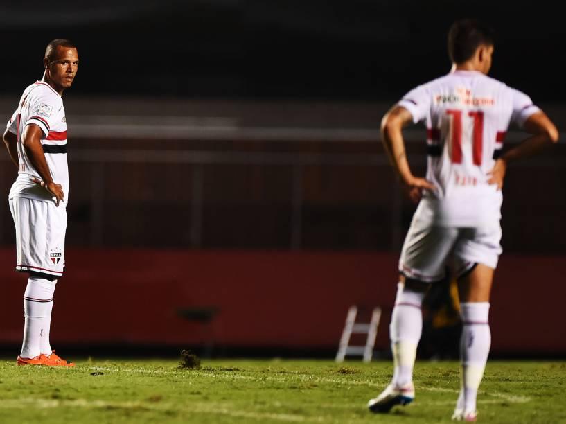Luís Fabiano e Alexandre Pato durante partida contra o Danúbio, do Uruguai pela Libertadores - 25/02/2015