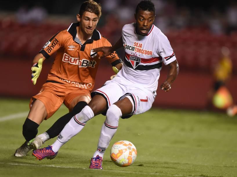 Michel Bastos do São Paulo, tenta driblar o goleiro Franco Torgnacioli do Danúbio em partida válida pela Libertadores no Morumbi - 25/02/2015