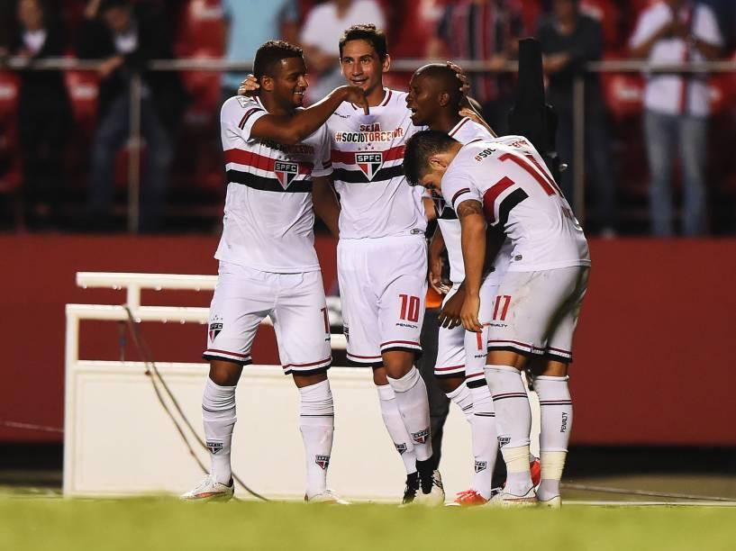 Jogadores do São Paulo comemoram o gol de Jonathan Cafú na vitória por 4 a 0 sobre o Danúbio do Uruguai - 25/02/2015