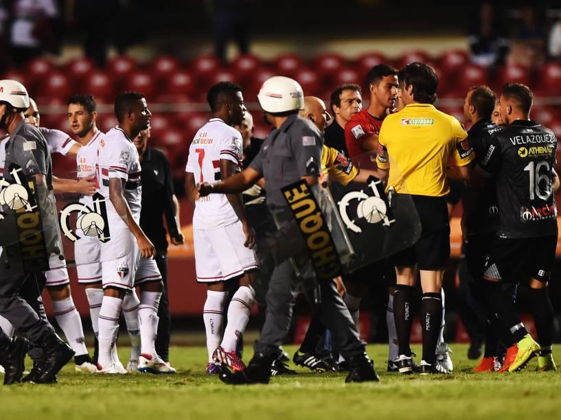 Jogadores do Danúbio reclamaram com o juiz no final da partida contra o São Paulo - 25/02/2015