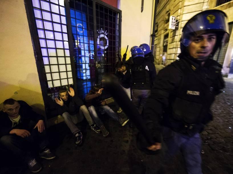 Torcedores do Feyenoord são detidos após atos de vandalismo em Roma antes da partida contra o time da cidade pela Liga Europa - 19/02/2015