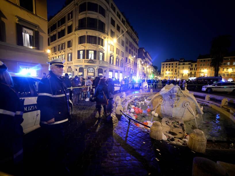 Policiais fazem operação para conter o vandalismo de torcedores holandeses do Feyenoord que danificaram fonte Barcaccia após confronto antes da partida contra a Roma pela Liga Europa - 19/02/2015