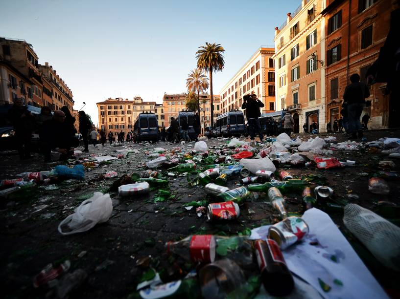 Lixo e garrafas quebradas ao redor da fonte Barcaccia, que foi danificada por torcedores do Feyenoord após confronto com a polícia em Roma - 19/02/2015