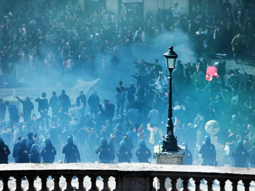Torcedores do Feyenoord se reúnem na Praça de Espanha, na capital italiana, antes da primeira partida da fase eliminatória da Liga Europa contra a Roma - 19/02/2015