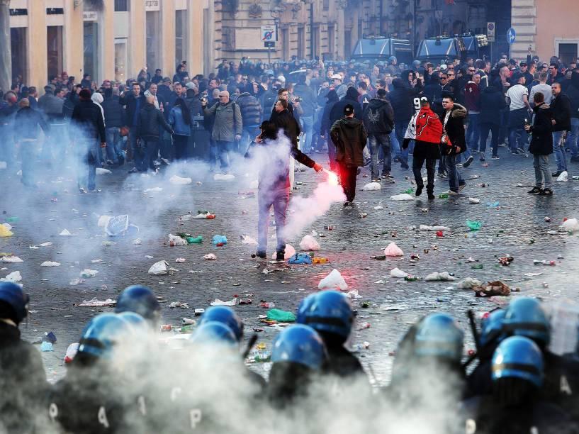 Torcedores do Feyenoord entram em confronto com a polícia na Praça de Espanha, na capital italiana, antes da primeira partida da fase eliminatória da Liga Europa contra a Roma - 19/02/2015