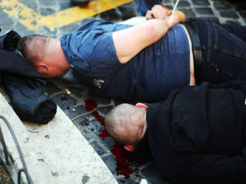 Torcedores do Feyenoord foram detidos após confronto com a polícia na Praça de Espanha, em Roma