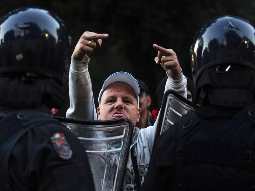 Torcedores do Feyenoord entraram em confronto com a polícia na Praça de Espanha, em Roma