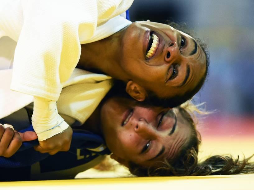 A judoca brasileira Érika Miranda, durante a disputa pela medalha de ouro com a canadense Ecaterina Guica, na categoria até 52Kg