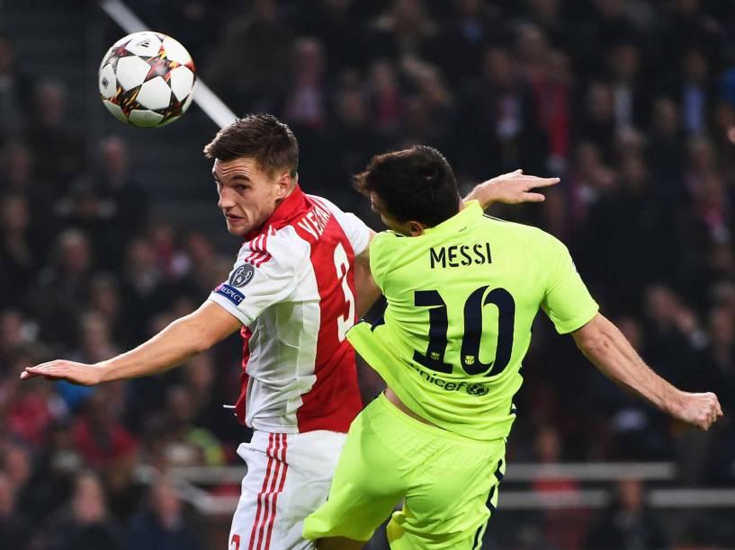 Disputa de bola aérea durante o jogo do Ajax contra o Barcelona pela Liga dos Campeões