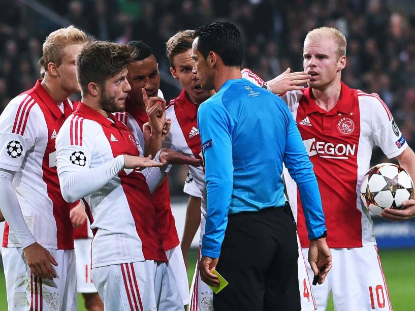 Jogadores do Ajax batem boca com o juíz em jogo contra o Barcelona pela Liga dos Campeões
