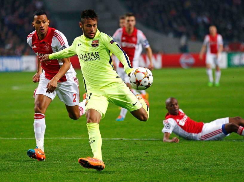 Neymar, do Barcelona,tenta chutar a bola contra o gol do Ajax, sem sucesso, pela Liga dos Campeões