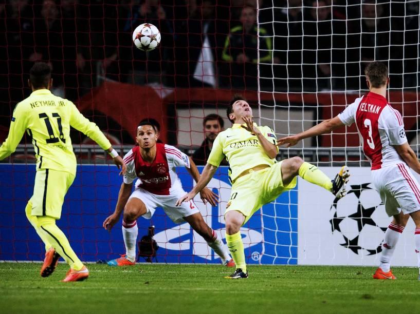 Lionel Messi, do Barcelona, marca seu segundo gol e o segundo da partida contra o Ajax, pela Liga dos Campeões
