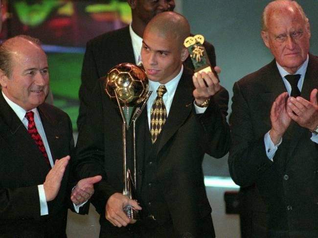 Ronaldo recebe o prêmio de melhor do mundo da Fifa em 1996