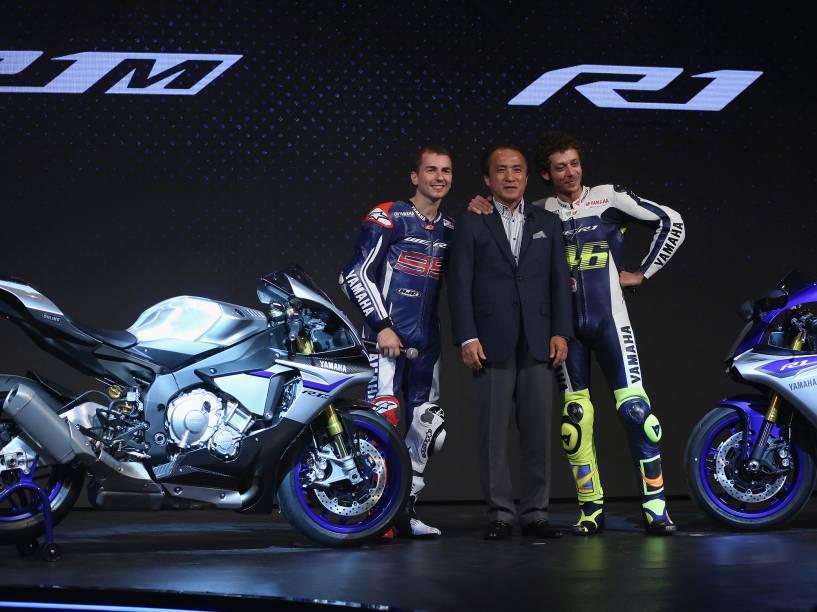 CEO da Yamaha, Hiroyuki Yanagi, entre os pilotos Jorge Lorenzo (à esq.) e Valentino Rossi (à dir.)