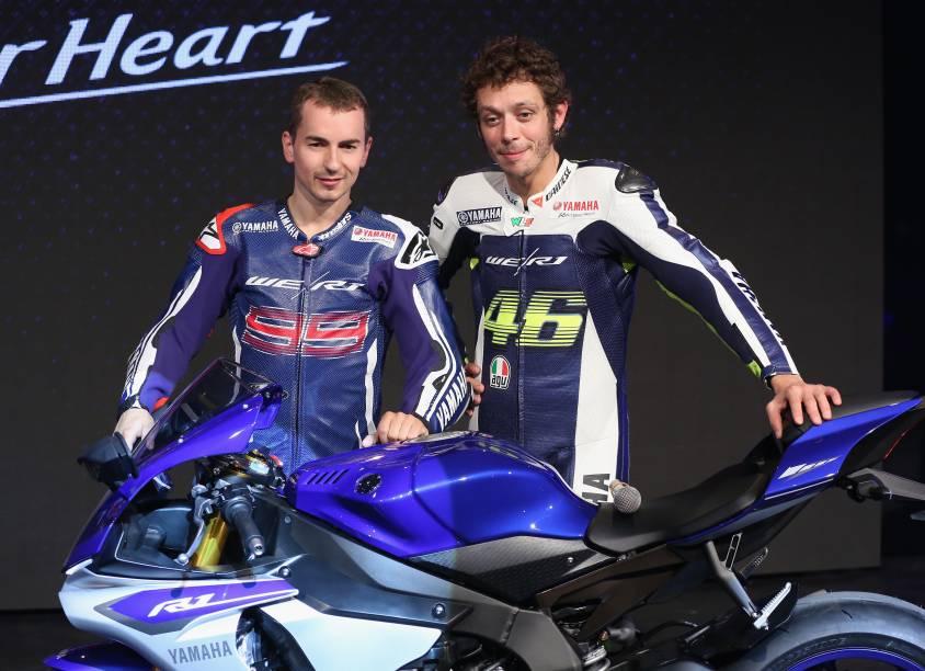 Os pilotos Jorge Lorenzo (à esq) e Valentino Rossi no lançamento do modelo YZF-R1 da Yamaha
