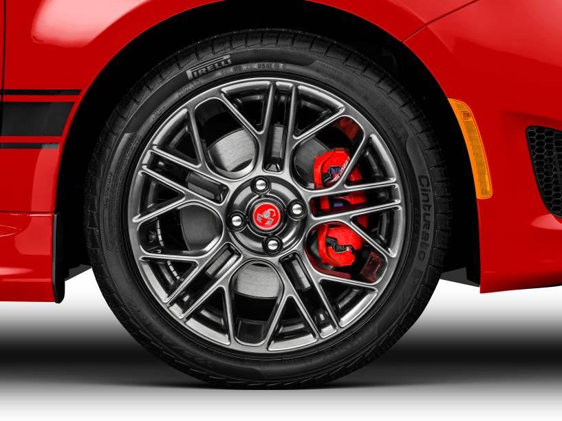 Fiat 500 Abarth: bancos esportivos e transmissão manual de cinco marchas