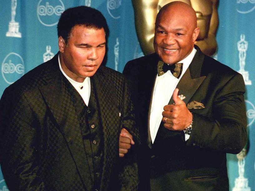 Muhammad Ali e George Foreman durante a cerimônia do Oscar em Los Angeles - 27/03/1997