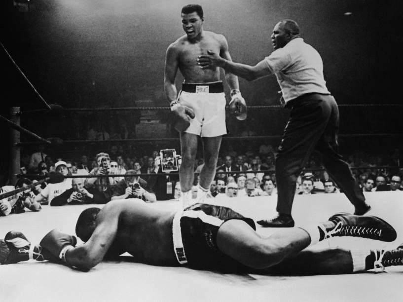 O boxeador Muhammad Ali nocauteia Sonny Liston, na defesa de cinturão dos pesos pesados, em Maine, nos Estados Unidos - 25/05/1965