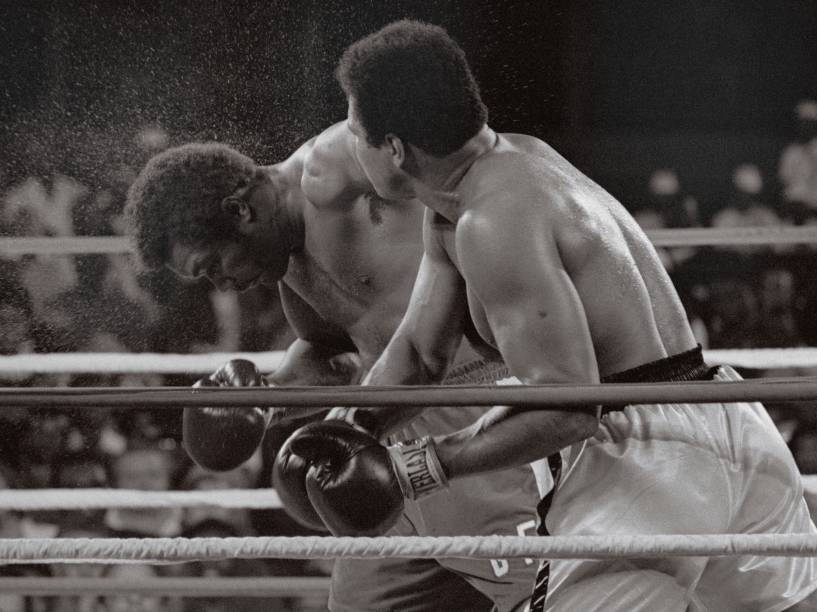 Muhammad Ali acerta golpe em George Foreman, em luta histórica no Zaire - 29/10/1974
