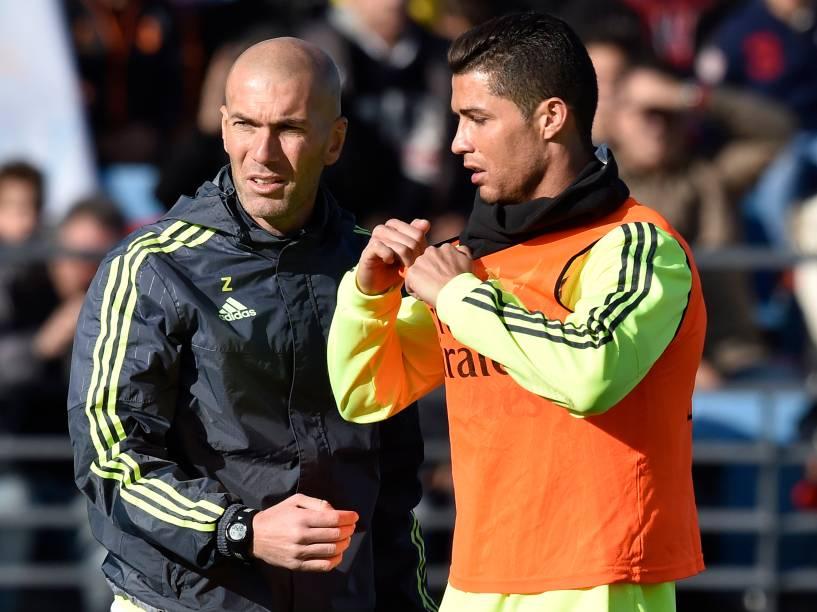 O técnico Zinedine Zidane dá as primeiras instruções a Cristiano Ronaldo em seu primeiro treino no comando do Real Madrid