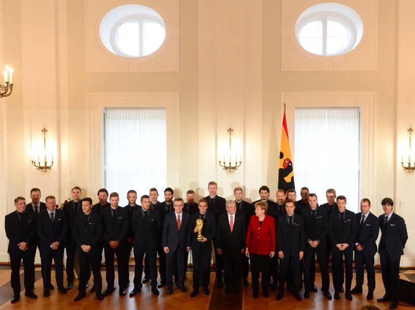 Jogadores da seleção alemã de fuebol receberam das mãos do presidente Joachim Gauck (à esq.) e da chanceler Angela Merkel a condecoração Laurel de Prata, o principal prêmio da Alemanha para o sucesso desportivo, no Palácio Presidencial Schloss Bellevue, em Berlim
