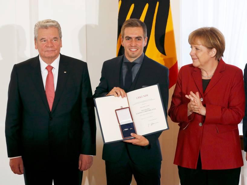 Capitão da equipe, Philipp Lahm posa com Joachim Gauck (à esq.) e Angela Merkel
