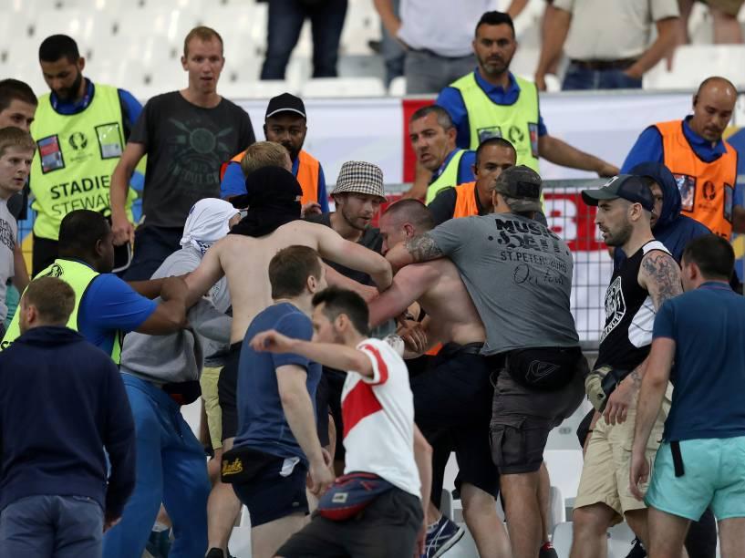 Torcedores se envolvem em confusão nas arquibancadas durante partida entre Inglaterra e Rússia pela Eurocopa, no Stade Velodrome em Marselha - 11/06/2016