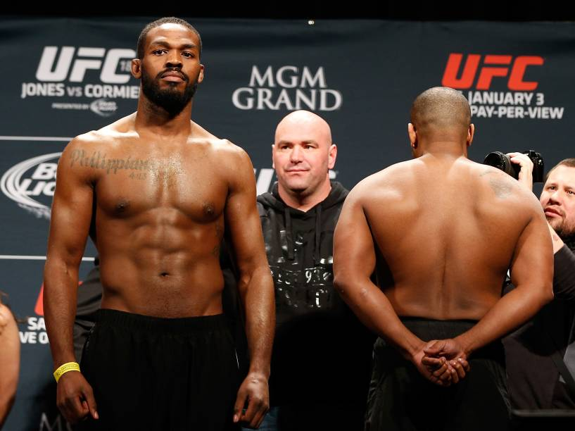 Jon Jones e Daniel Cormier se recusam a olhar um para o outro durante a pesagem do UFC 182 em Las Vegas - 02/01/2015