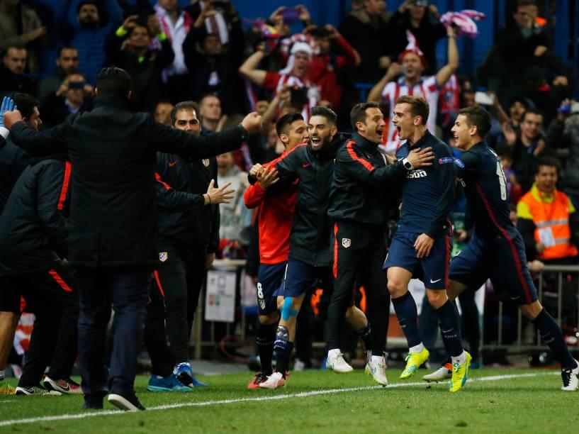 Atlético de Madri comemora o segundo gol, de Antoine Griezmann, por pênaltis, no final do segundo tempo, eliminando Barcelona do campeonato por 2x0 - 13/04/2016