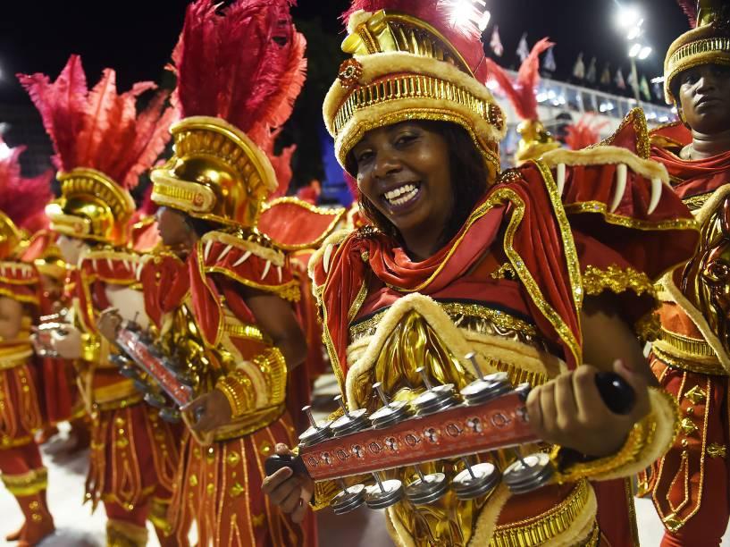 Bateria da Estácio de Sá durante desfile na primeira noite do grupo especial do Carnaval carioca