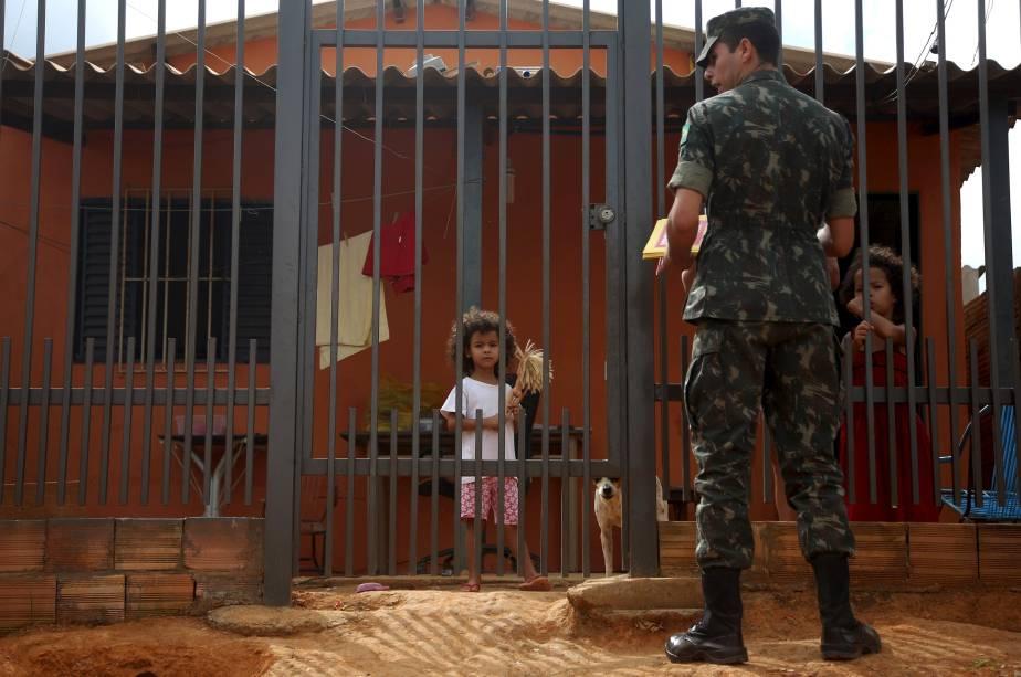 Militares do Exército fazem mutirão durante campanha nacional contra a Dengue e o Zika Vírus, na região de São Sebastião em Brasília, DF