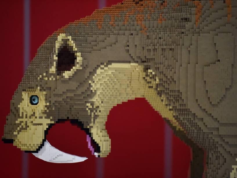 Um tigre dente de sabre feito de blocos de Lego é visto durante exposição em Londres
