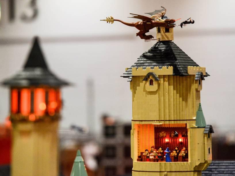 Dragão colocado sobre a escola de Hogwarts da série Harry Potter, a obra feita com 250 mil blocos levou mais de 800 horas para ficar pronta