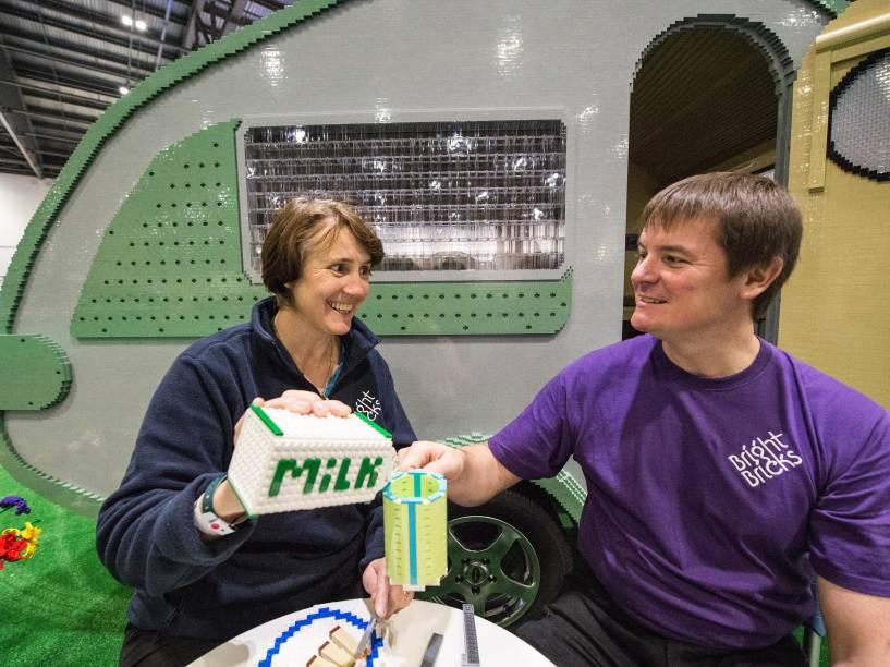 O casal Annie Diment e Ed Diment, desfrutam um almoço de Lego do lado de fora do trailer construído por eles com 215,158 blocos durante mais de 1000 horas