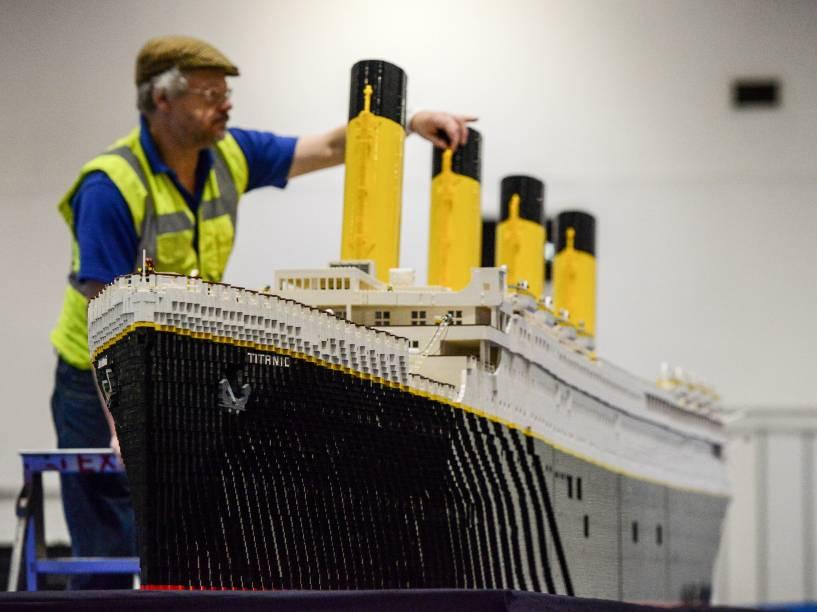 O construtor Phil Traviss faz os ajustes finais em uma réplica do Titanic feita com 120 mil blocos de Lego durante mais de três meses para a exibição realizada em Londres