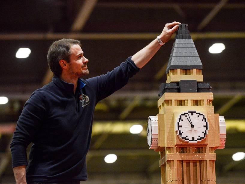 Construtor ajusta os últimos detalhes de uma réplica do Big Ben feita com 30 mil blocos de Lego em mais de 80 horas