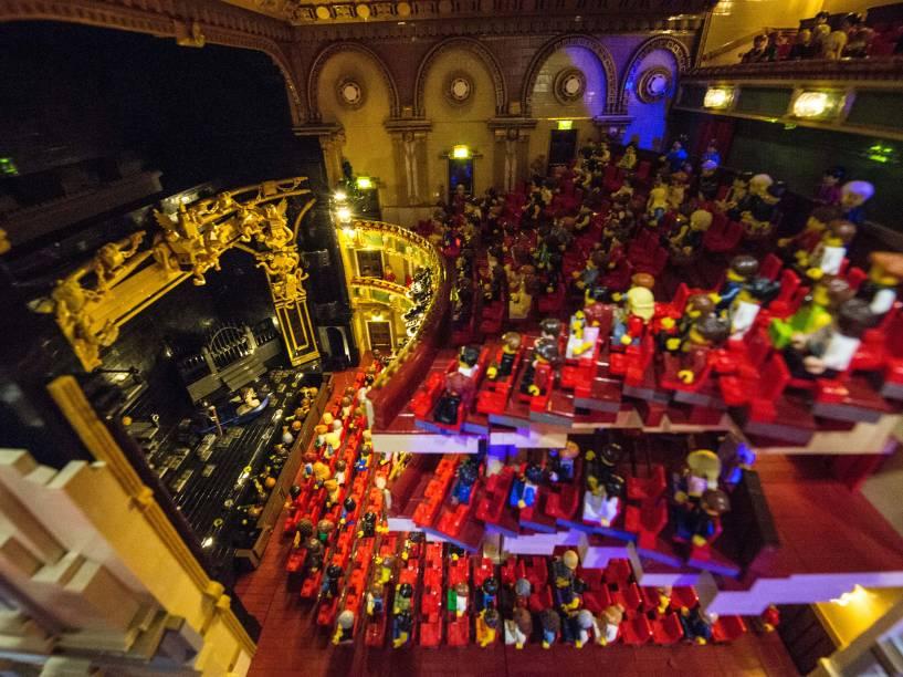 Cena da produção O Fantasma da Ópera reproduzida em uma réplica do Teatro de Sua Majestade feito com 57 992 blocos de Lego ao longo de 11 meses