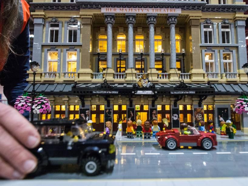 Entrada do teatro Lego Her Majesty, construído com 57,992 peças, na exposição Bricks 2015