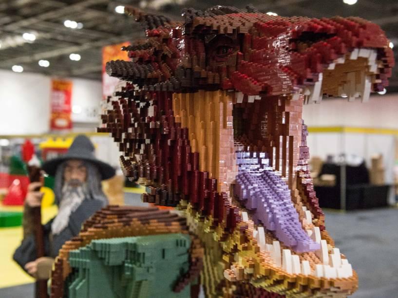 Personagens da série O Hobbit construídos com mais de 80 mil blocos de Lego ao longo de 625 horas para a exibição em Londres