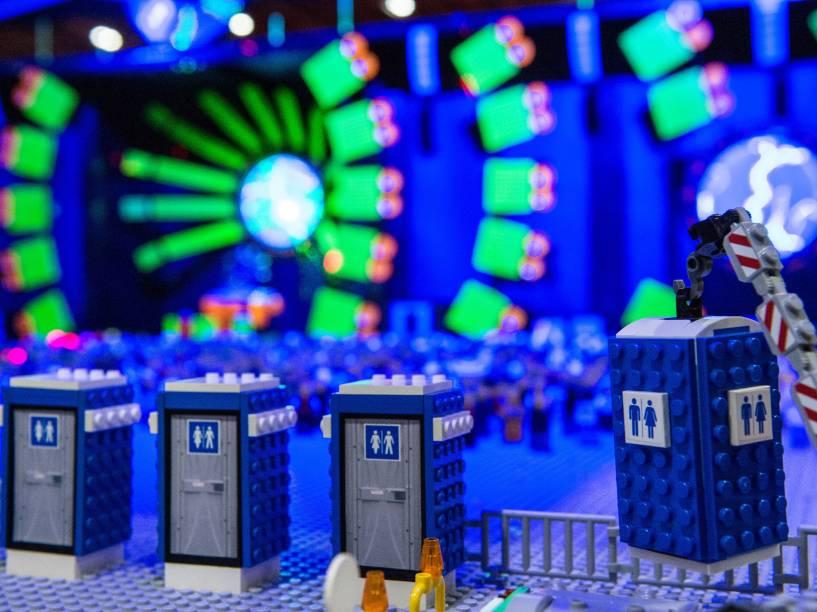 Banheiros químicos são colocados no Lego Ultra WMC Music Festival, reprodução do evento que acontece anualmente em Miami, durante a exposição Bricks 2015