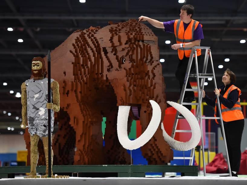 Toques finais são feitos em um mamute feito de peças de lego durante a exibição Bricks 2015, em Londres