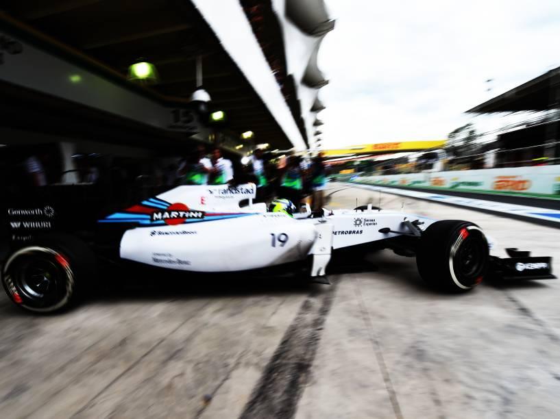 Felipe Massa deixa os boxes durante treino classificatório para o Grande Prêmio do Brasil de Fórmula 1